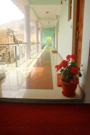 Snow Lion Hotel: Corridor