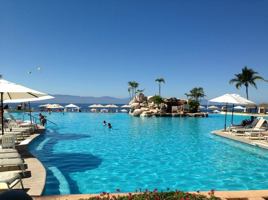 Marriott Puerto Vallarta Resort & Spa: pool view from lobby
