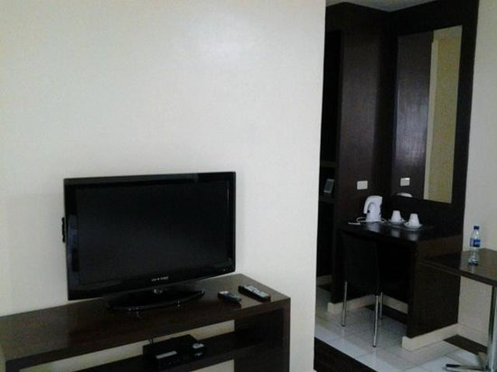 Domicilio Lorenzo Apartelle: TV and dresser