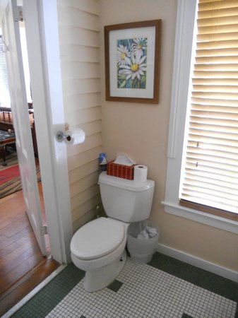 Artist House: Eugene Studio Bathroom #2