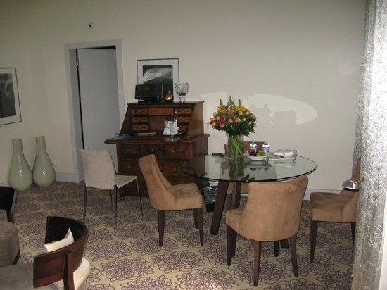 Alden Luxury Suite Hotel Zurich: Spacious living room 2 with Moms Day bouquet on table