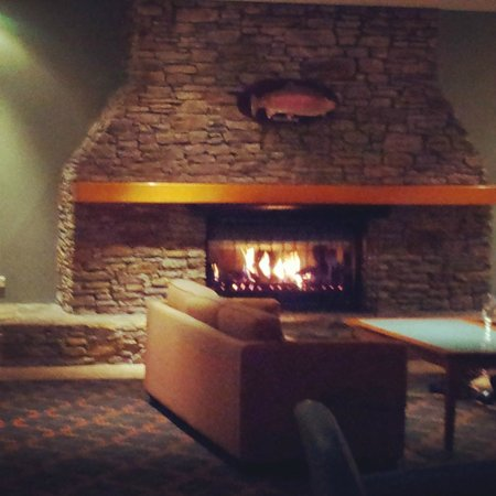 Holiday Inn Rotorua: The warm fire in the huge lobby; happy our at the bar is great too.