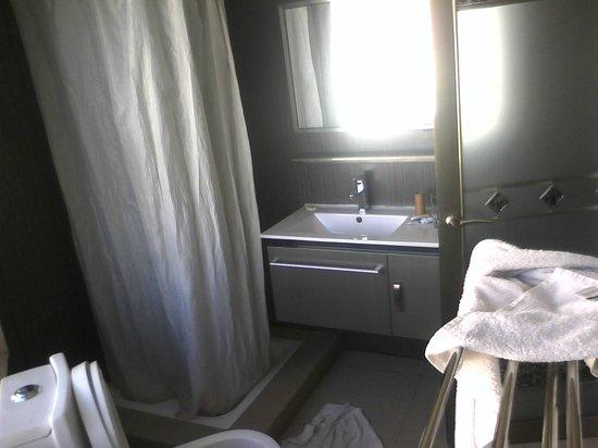 Hotel De La Pergola: Rideau de SDB sale et douche un peu petite