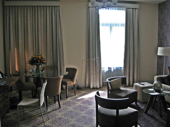 Alden Luxury Suite Hotel Zurich: Spacious living room 1