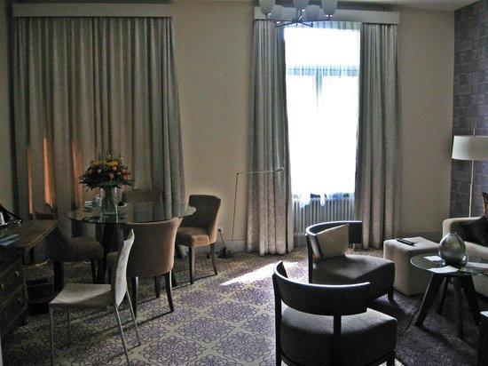 Alden Suite Hotel Splügenschloss Zurich: Spacious living room 1
