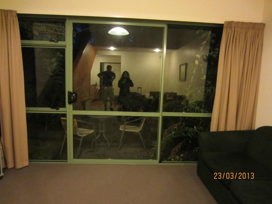 Punga Grove Motel & Suites: The room reflected at night, the day we arrived