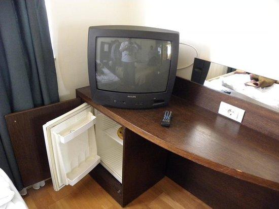 Arion Athens Hotel: TV satellite et frigo chaud