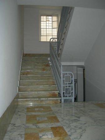 B&B Prestige : L'ingresso del palazzo storico appena ristrutturato con pavimenti in marmo lucidissimi