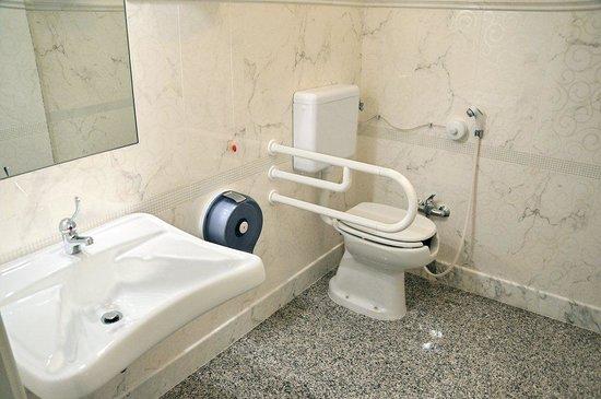 Normativa Bagno Disabili : Bagno per disabili - Foto di Hotel Luna ...