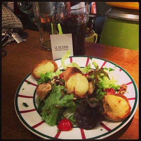 Le Victoria: salade de chèvre chaud