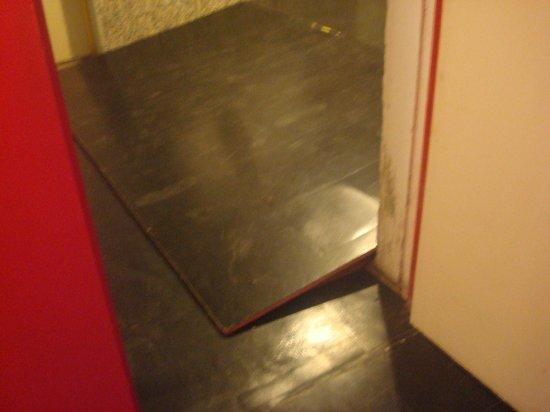Hotel le Corbusier : Stolperfalle am Eingang zu den Zimmern