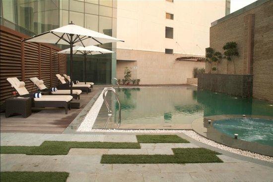 Savoy Suites Greater Noida: Swimming Pool