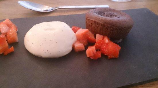Akersberget: Sjokoladefondant med vaniljekrem og jordbær