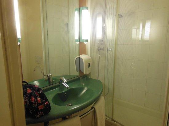 Ibis Charleroi Centre Gare : bathroom