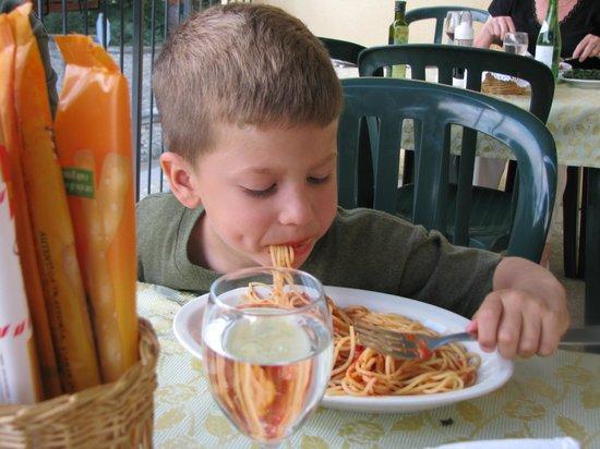 """La Vecchia Osteria: un bambino with his first real """"spaghetti"""""""