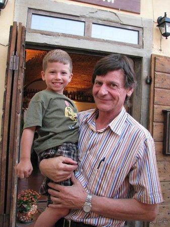 La Vecchia Osteria: Enzo and our bambino...new friends.