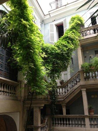 Casa Banzo: Beautiful courtyard of the B&B
