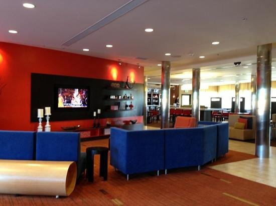 Courtyard by Marriott Burlington Mt. Holly Westampton: Lobby area. Great place to watch a sporting event.