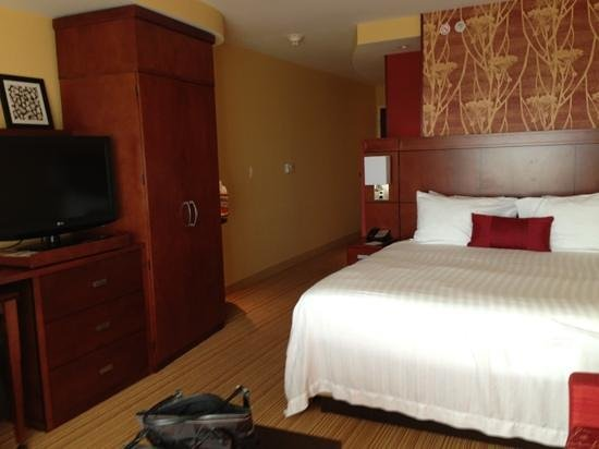 Courtyard by Marriott Burlington Mt. Holly Westampton: My king size room. TV pulls out and turns so you can view anywhere in your room.