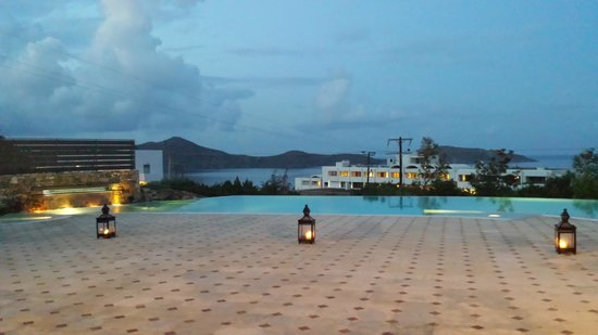 Elounda Gulf Villas & Suites: The pool at dusk