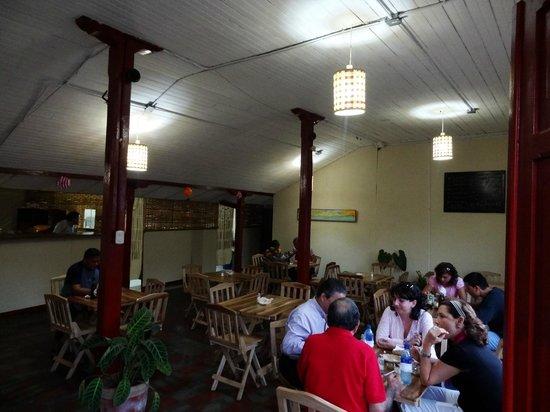 Ceviches Bravos: Ambiente