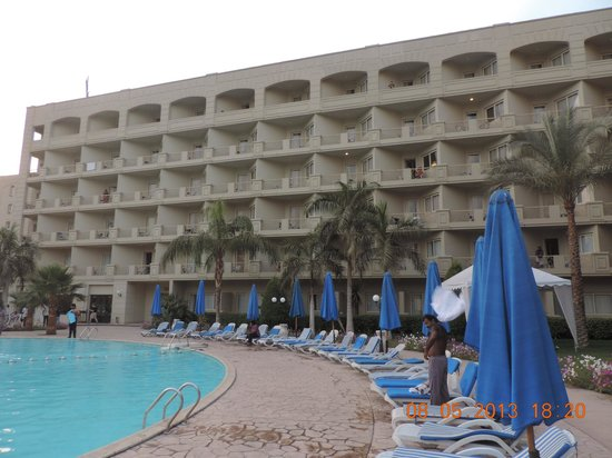 Grand Pyramids Hotel: swimming pool and grounds