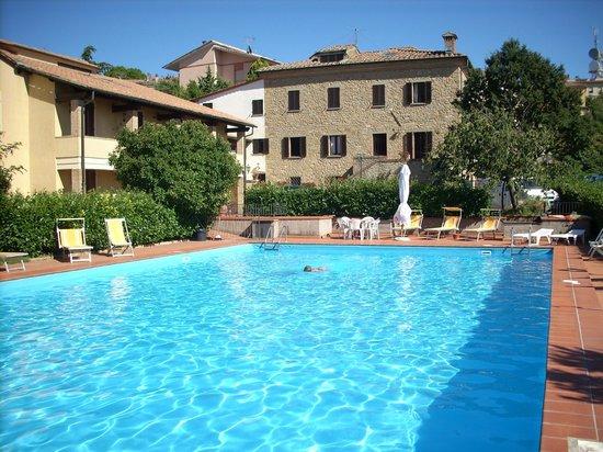 Hotel Villa Nencini: Corpo pricipale Villa Nencini e piscina