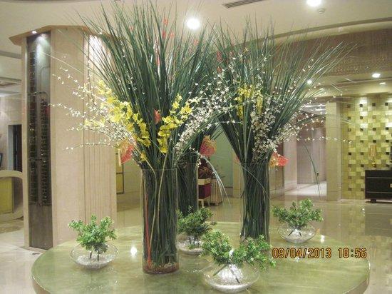 Sunda Gentleman International Hotel: Beautiful flower arrangement in the front lobby.