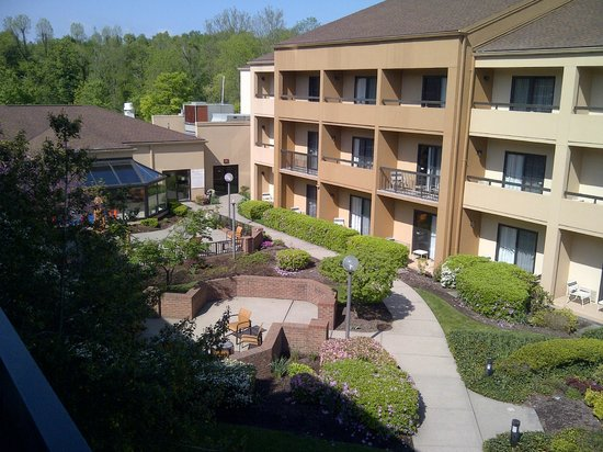 Courtyard by Marriott Hanover Whippany: View towards pool from 3rd floor room