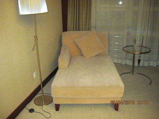 Sunda Gentleman International Hotel: Comfortable settee in the room.