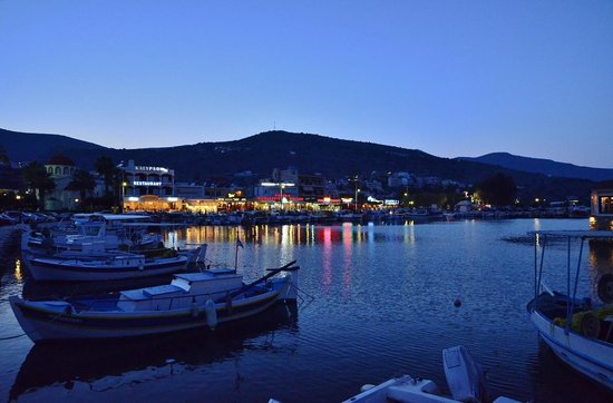 Elounda Heights Apartments and Studios: Elounda village at night