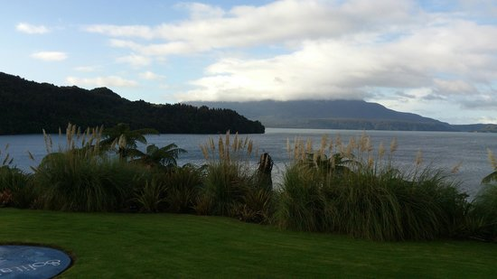 Solitaire Lodge: Mt Tarawera in the background