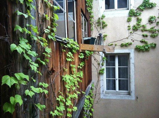 Hotel Roter Ochsen : Blick durch ein Treppenhausfenster in den Innenhof