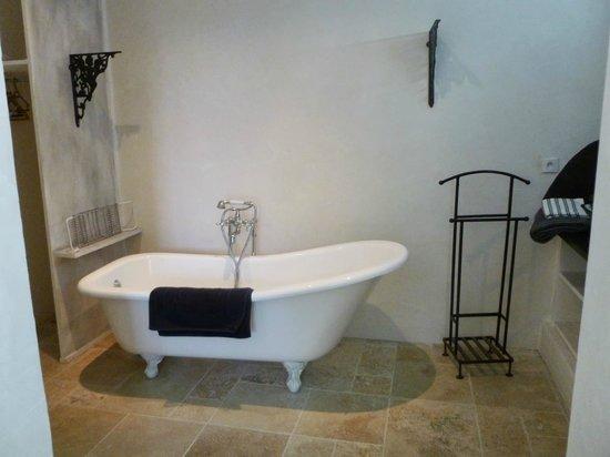 Les Chambres de Champaga: baignoire à l'ancienne
