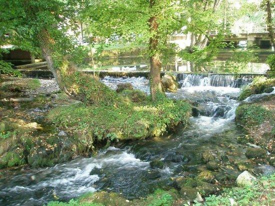 Restoran Vrelo: Het riviertje (=Reka) Vrelo (=bron)
