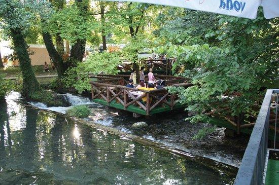 Restoran Vrelo: Terras van het restaurant aan het riviertje Vrelo
