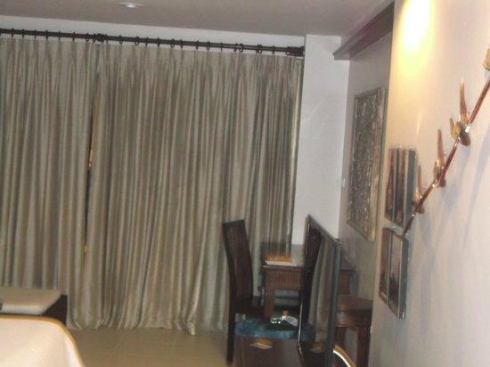 Burasari Resort: Desk/Sitting area of room