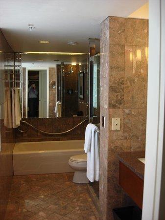 JW Marriott San Francisco Union Square: Bathroom, shower and tub.