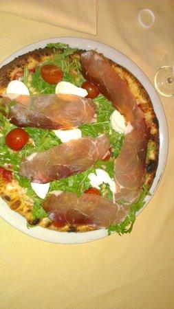 """Pizzeria La Romantica Centro: pizza """"CUORE"""""""