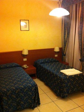 Casa Di Santa Francesca Romana: Camera con due letti(-ni)