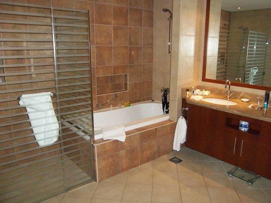 JA Oasis Beach Tower: Master ensuite bathroom