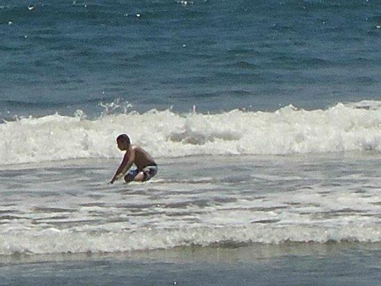 Hotel Playa Mazatlan: Mi hijo en el mar.  Super divertido