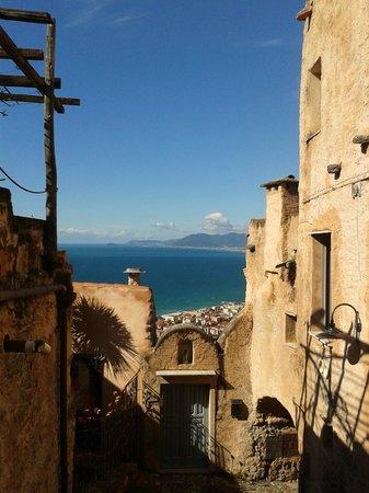 B&B Svegliarsi a Verezzi: La vista mozzafiato e la porta di ingresso