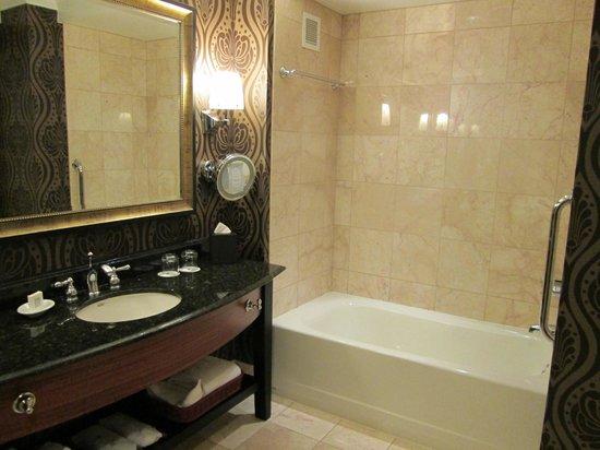 JW Marriott Denver Cherry Creek: Separate tub