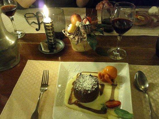 Auberge La Beursaudiere : Moelleux au chocolat avec sorbet du carotte et fruits