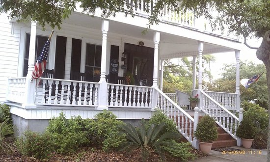 Lois Jane's Riverview Inn: The front porch