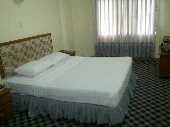 Olympic Hotel Yangon : The spartan room