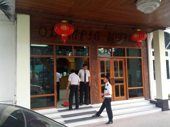 Olympic Hotel Yangon : Entrance to the lobby
