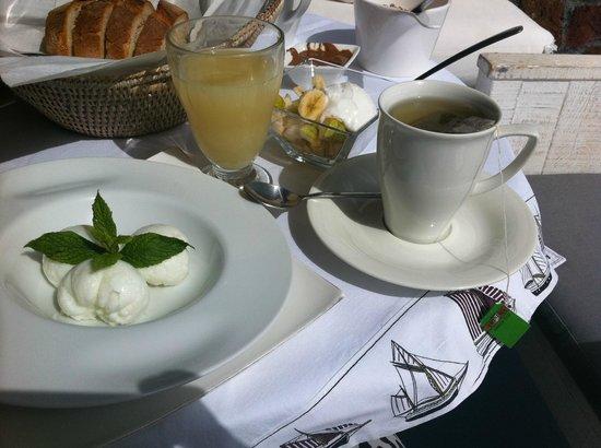 Astarte Suites: Gezond ontbijt met veel keuzeopties en kun je op eigen kamer op balkon eten