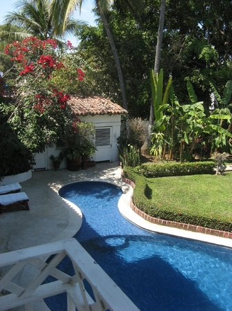 Casa Tukari Assisted Living: Another view of the garden, pool area